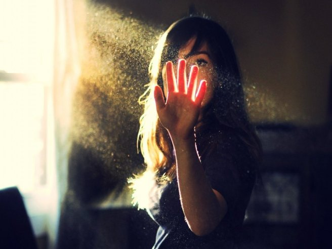 dust_mood_emotion_light_sunlight_sunbeam_window_hand_through_see_blood_pose_brunette_women_female_girl_photography_1024x768